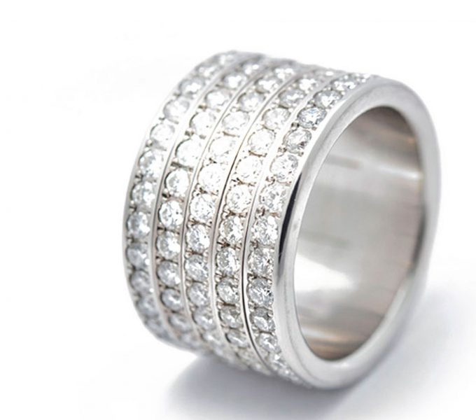 Bague mood joaillerie sertie serti de 150 diamants 1.9mm